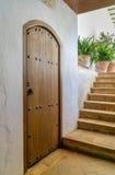 Puerta y escaleras en estilo mediterráneo foto de archivo