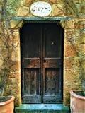 Puerta y esquina del vintage, plantas, ramas y cuento de hadas en Civita di Bagnoregio, ciudad en la provincia de Viterbo, Italia imagen de archivo