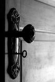 Puerta y maneta de puerta antiguas con clave esquelético adentro imágenes de archivo libres de regalías