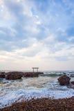 Puerta y mar japoneses de la capilla imagenes de archivo