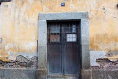 Puerta y pared de la casa arruinada en Antigua Guatemala Fotografía de archivo libre de regalías