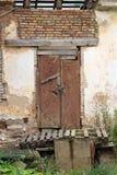 Puerta y pared de ladrillo abandonadas de madera viejas Cierre para arriba Imagen de archivo
