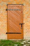 Puerta y pared de ladrillo de madera imagenes de archivo
