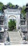 Puerta y pasos de progresión en el dinh del khai de la tumba, tonalidad Vietnam foto de archivo libre de regalías