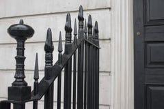 Puerta y puerta negras Imagen de archivo libre de regalías