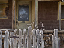Puerta y puerta principal abandonadas de la casa Fotografía de archivo libre de regalías