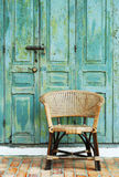 Puerta y silla viejas imagen de archivo
