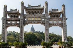Puerta y Tian Tan Buddha de la entrada del Po Ling Monastery Imagen de archivo