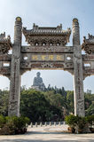 Puerta y Tian Tan Buddha de la entrada del Po Ling Monastery Fotografía de archivo