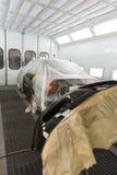 Puerta y tope de coche después de pintar en body shop Fotos de archivo libres de regalías