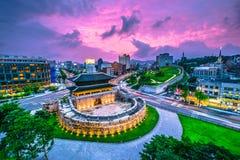 Puerta y tráfico de Seul Dongdaemun en Seul, Corea del Sur imágenes de archivo libres de regalías