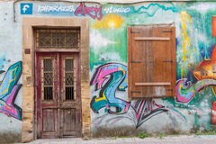 Puerta y ventana abandonada y arte hermoso de la calle en el St de Pythonos Fotografía de archivo libre de regalías