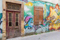 Puerta y ventana abandonada y arte hermoso de la calle en el St de Pythonos Foto de archivo