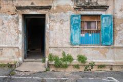 Puerta y ventana azules de madera viejas en la pared del edificio viejo Fotografía de archivo libre de regalías
