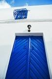 Puerta y ventana azules en el patio blanco Fotografía de archivo libre de regalías