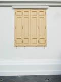 Puerta y ventana, casa de madera del fondo Imágenes de archivo libres de regalías