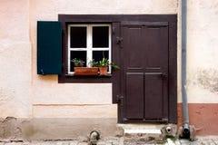 Puerta y ventana de Brown foto de archivo