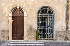 Puerta y ventana de madera viejas con la reja del hierro Foto de archivo
