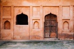 Puerta y ventana en el fuerte Raja Mahal de Orchha en la India Imagenes de archivo