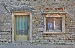 Puerta y ventana en Skradin foto de archivo