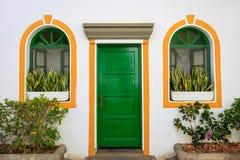 Puerta y ventanas adornadas con color pintado en Puerto De Mogan Fotos de archivo