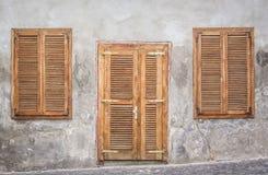 Puerta y ventanas de madera Imagen de archivo