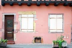 Puerta y ventanas de una casa rosada foto de archivo