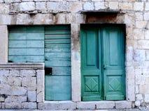Puerta y ventanas viejas Foto de archivo libre de regalías