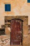 Puerta y ventanas viejas con los obturadores azules, Marruecos Imagen de archivo