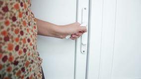 Puertas abiertas de la mano femenina almacen de metraje de vídeo