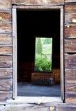 Puertas abiertas de un pueblo fantasma viejo. Fotografía de archivo