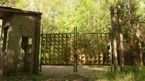 Puertas a acampar abandonado de los niños Tiro constante liso y lento de la leva almacen de video