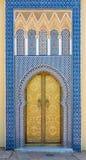 Puertas adornadas en el palacio real en Fes, Marruecos foto de archivo libre de regalías