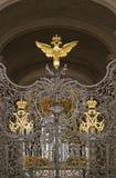 Puertas adornadas por doble-Eagle, símbolo del museo de ermita de estado de Rusia imágenes de archivo libres de regalías