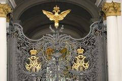 Puertas adornadas por doble-Eagle, símbolo del museo de ermita de estado de Rusia Fotos de archivo
