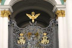 Puertas adornadas por doble-Eagle, símbolo del museo de ermita de estado de Rusia fotografía de archivo