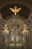 Puertas adornadas por doble-Eagle, símbolo del museo de ermita de estado de Rusia Imagen de archivo