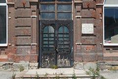 Puertas al edificio abandonado viejo Fotografía de archivo libre de regalías