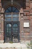 Puertas al edificio abandonado viejo Foto de archivo libre de regalías