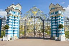 Puertas al palacio en el selo de Tsarskoye Foto de archivo
