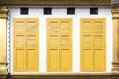 Puertas amarillas de la ventana Fotografía de archivo