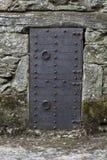 Puertas antiguas del hierro de un castillo medieval foto de archivo