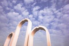 Puertas arqueadas debajo del cielo foto de archivo
