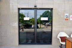 Puertas automáticas en el frente del aeropuerto de Trang Imagen de archivo libre de regalías