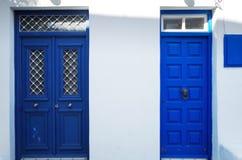 Puertas azules de Grecia foto de archivo