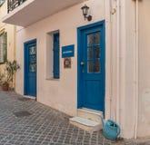 Puertas azules en casa rosada imagen de archivo