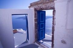 Puertas azules en Santorini, Grecia imágenes de archivo libres de regalías