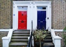 Puertas azules y rojas imagen de archivo libre de regalías