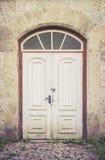 Puertas blancas apenadas viejas Fotos de archivo libres de regalías