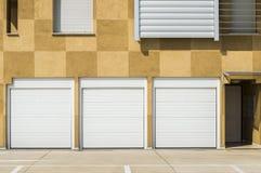 Puertas blancas cerradas del garaje Imágenes de archivo libres de regalías